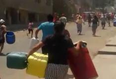 Vecinos de Comas corren detrás de cisterna para conseguir agua