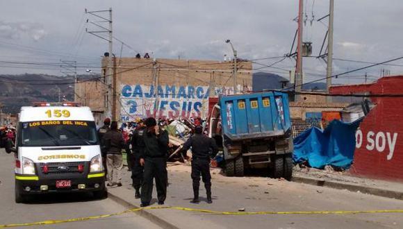 Volquete chocó contra vehículos y casa: 3 muertos y 11 heridos