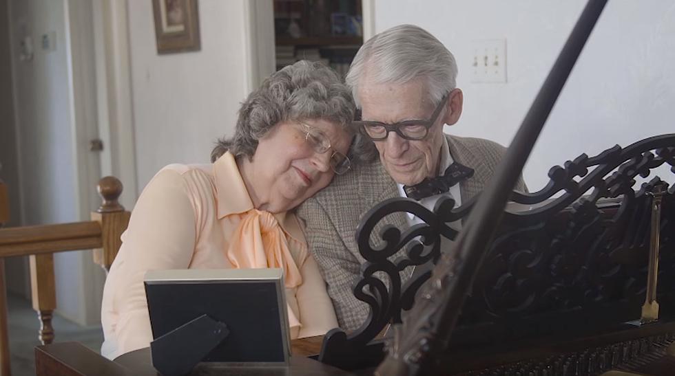 Abuelos tocan la canción de la película Up en su aniversario 60 - 1