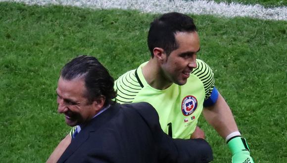 Claudio Bravo se transformó en el héroe de la selección luego de bloquear los tres penales de Portugal, en la primera semifinal de la Copa Confederaciones. (Foto: AFP)