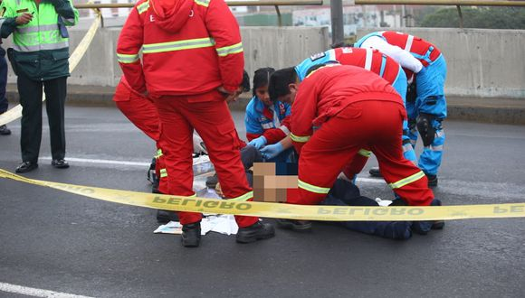 Conductor de una furgoneta fue asesinado esta mañana cuando circulaba por en el puente peatonal que cruza las avenidas Colonial y Universitaria (Foto: Fernando Sangama)