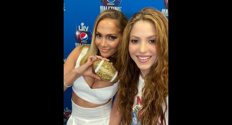 Shakira publicó en su cuenta de Instagram una foto en la que detalla:  ¡Me encanta el bolso de @jlo con mi fecha de nacimiento!. El post tiene más de 2 millones de me gusta. (Foto: @shakira)