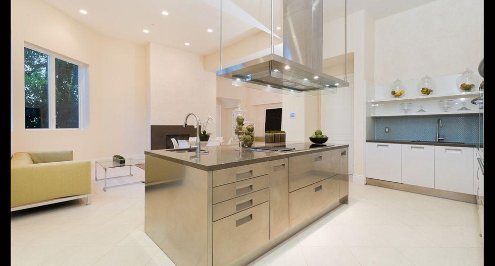 La cocina es amplia y moderna. Sus acabados son de acero inoxidable. (Foto: Sotheby International Realty)