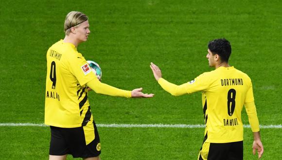 Haaland llevándose la pelota del Olímpico de Berlín tras colaborar para que Dortmund se ponga a un punto del Bayern. (Foto: AFP)