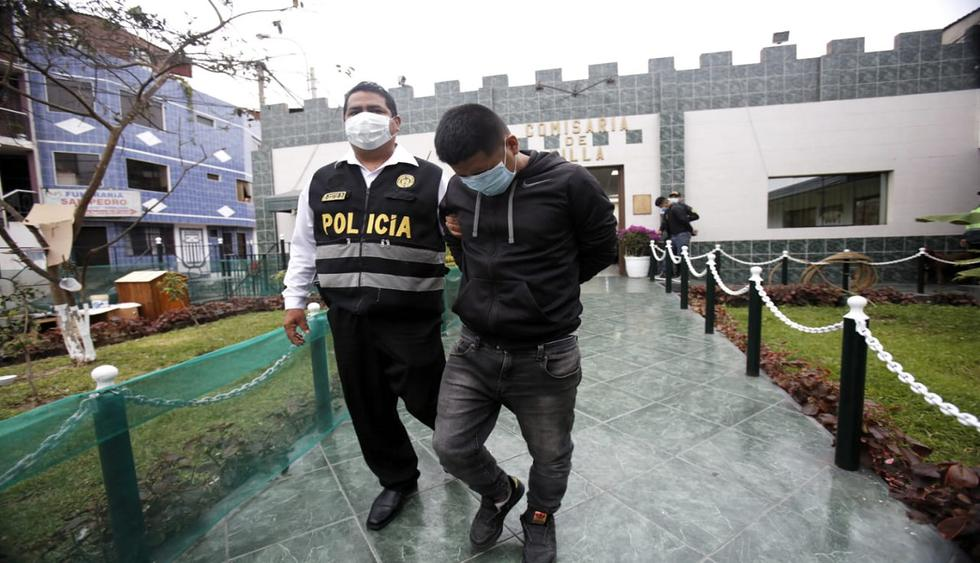 Agentes de la Policía Nacional del Perú (PNP) capturaron esta madrugada a tres delincuentes tras una persecución y balacera iniciada en la calle Universo, en el distrito de San Borja. Ellos fueron captados por cámaras de vigilancia cuando desmantelaban un vehículo. (Foto: César Grados/@photo.gec)