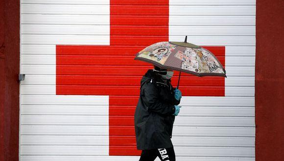 Una mujer camina con una mascarilla protectora contra el coronavirus en una calles de Oviedo, España. (REUTERS/Eloy Alonso).
