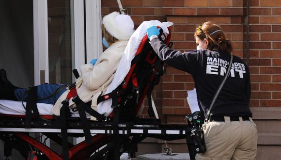 Coronavirus USA | Estados Unidos | Ultimas noticias | Último minuto: reporte de infectados y muertos lunes 13 de abril del 2020 | Covid-19 | Personal sanitario evacúa a una persona enferma de coronavirus en Nueva York. (Foto: Spencer Platt/Getty Images/AFP).