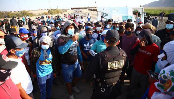Momento en que la policía informa a los manifestantes sobre el acuerdo de abrir la carretera por horas. (Foto: Hugo Curotto / @photo.gec)