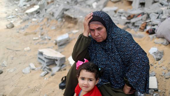 En Gaza, una mujer y un niño, víctimas del conflicto entre Israel y Hamas. REUTERS
