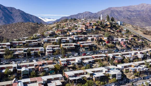 El Ingreso Familiar de Emergencia 2.0 por el coronavirus en Chile se entregará durante 3 meses y subirá de los 82 dólares actuales por persona hasta los 126 dólares, con un tope de hasta cuatro miembros por familia que podrán recibirlo. (Foto: MARTIN BERNETTI / AFP).