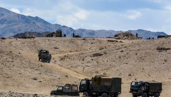 Soldados del ejército indio conducen vehículos a lo largo de carreteras montañosas mientras participan en un ejercicio militar en Thikse en el distrito de Leh del territorio de la unión de Ladakh el pasado 4 de julio de 2020. (Mohd Arhaan ARCHER / AFP)