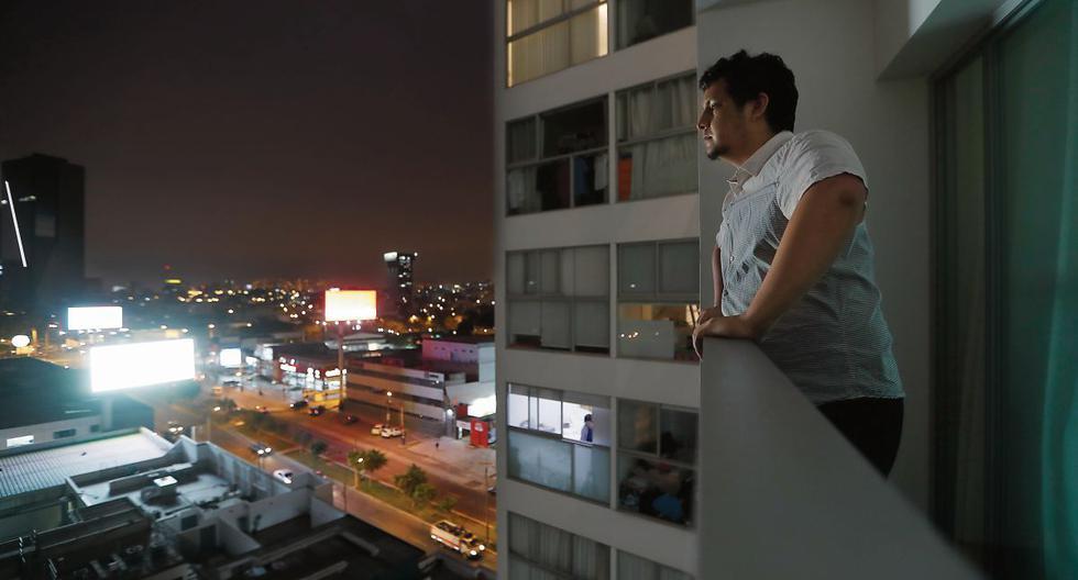 Alejandro Exebio mantiene cerradas las cortinas para mitigar los efectos de tres paneles LED. La exposición sin control a la luz artificial, sobre todo de noche, es perjudicial. (Foto: Hugo Pérez/GEC)
