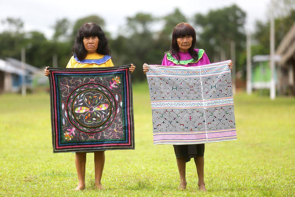 TÚ ME ENSEÑAS A HACER HILO. En la comunidad de Callería conviven descendientes de los pueblos Isconahua y Shipibo-conibo, quienes mantienen incólumes sus tradiciones.