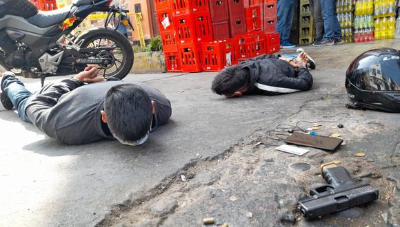 La Policía detuvo a dos integrantes de la banda criminal 'Los malditos de Reynoso'.  Se les incautó un arma de fuego y una moto lineal con placa clonada con la que pretendían huir. (Foto: El Comercio)