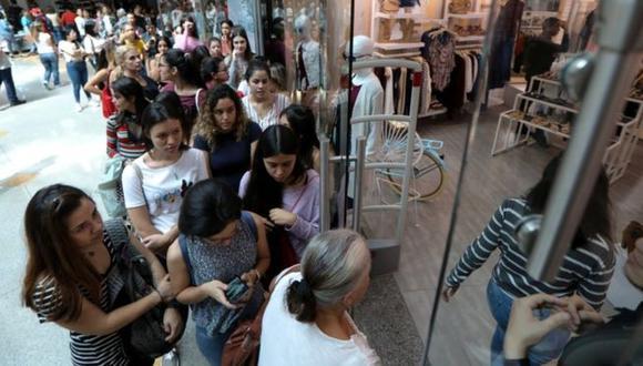 Durante el Black Friday, algunos venezolanos hicieron largas filas, pero esta vez no fue para conseguir productos de primera necesidad. (Agencia: Reuters)