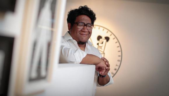 """Además de artista gráfico, Amadeo Gonzales es gestor cultural, cofundador de la revista """"Carboncito"""" y director de la Galería del Momento. (Foto: Hugo Pérez)"""