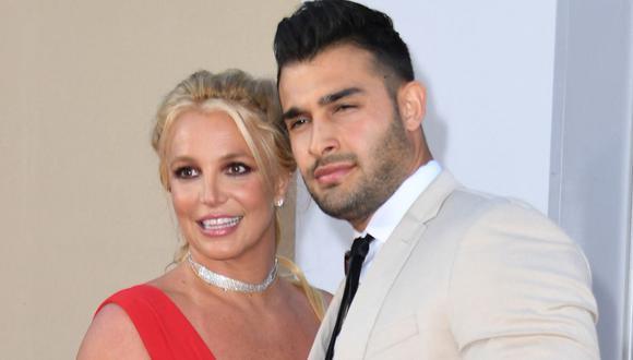 Britney Spears junto a su ahora prometido Sam Sasghari. (Photo by VALERIE MACON / AFP)