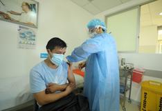 Vacunan contra el COVID-19 a médicos cardiovasculares del Incor en San Valentín