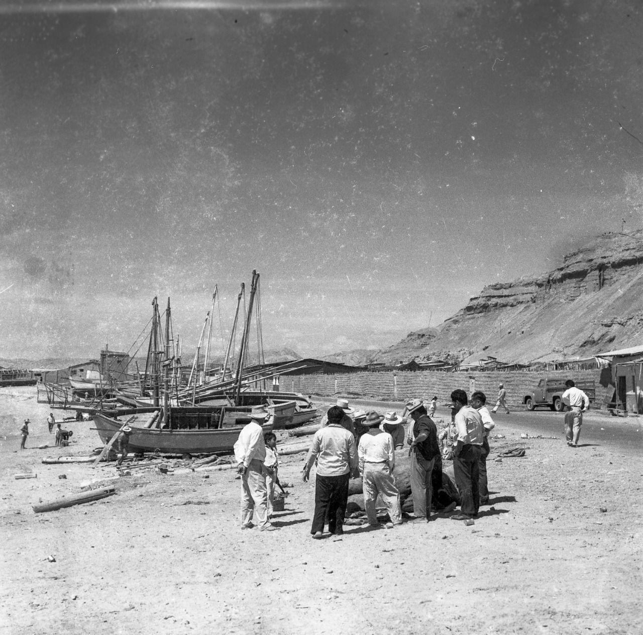 Pescadores y curiosos en un recorrido entre Máncora y Zorritos en 1956, unos veinte años antes de convertirse en paraíso turístico.