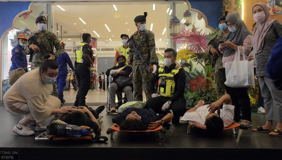 El personal de rescate ayuda a los pasajeros heridos en la estación de KLCC después de un accidente que involucró a los trenes de Kuala Lumpur Light Rail Transit (LRT) en Kuala Lumpur, Malasia, el 24 de mayo de 2021. (Foto: EFE/EPA/STR MALAYSIA)
