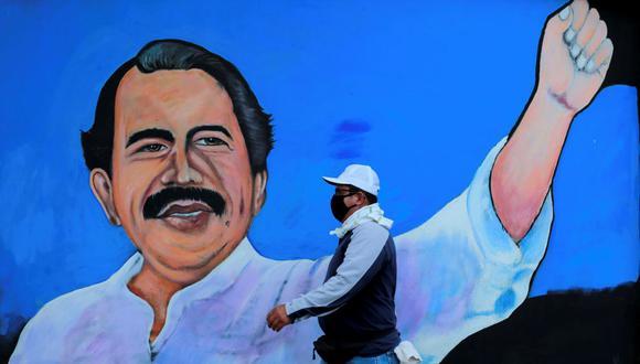 Un hombre camina junto a un mural que representa al presidente de Nicaragua, Daniel Ortega, en Managua. (REUTERS / Stringer / File Photo).