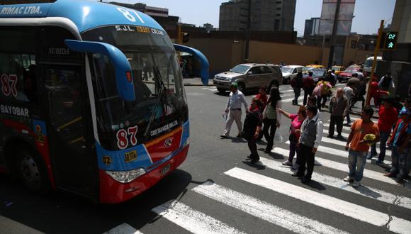 Es una constante ver cómo los choferes de transporte público no respetan ninguna norma vial. (Foto: Alonso Chero / El Comercio)