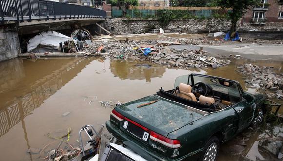 Esta imagen muestra un automóvil dañado y escombros causados por las inundaciones en Theux, cerca de Lieja, el 16 de julio de 2021. - El número de muertos en Bélgica aumenta conforme pasan las horas y más de 21.000 personas se quedaron sin electricidad en una región. (Foto de François WALSCHAERTS / AFP)