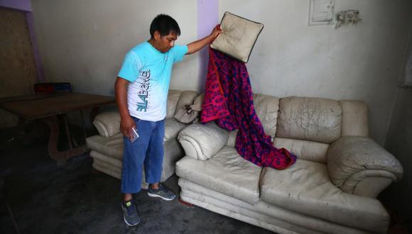 Las manchas de sangre de la víctima aún permanecen en la sala donde el adolescente de 13 años atacó a su prima. Familia pide justicia. (Foto: Hugo Curotto)