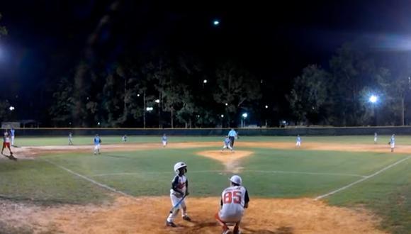 Un gran meteorito pasó por el cielo de Estados Unidos e iluminó un campo de Baseball en un video viral (Foto: Mark Rose)