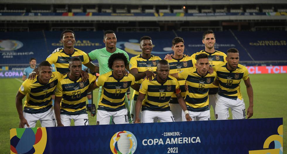 Ecuador's players pose before the start of the Conmebol Copa America 2021 football tournament group phase match between Venezuela and Ecuador at the Nilton Santos Stadium in Rio de Janeiro, Brazil, on June 20, 2021. (Photo by CARL DE SOUZA / AFP)
