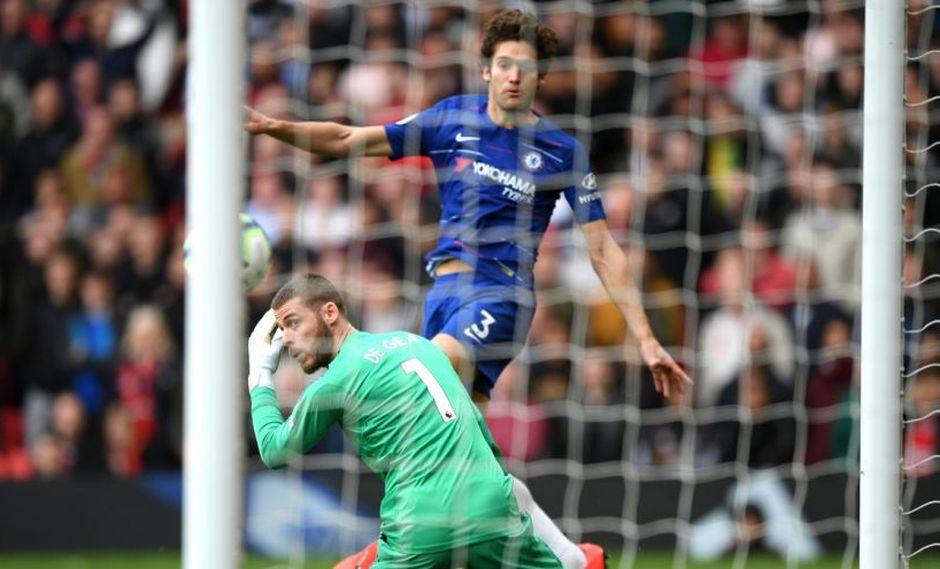 Marcos Alonso se encargó de colocar el 1-1 en el Manchester United vs. Chelsea tras un rebote de David De Gea. El duelo se desarrolló por la Premier League (Foto: AFP)