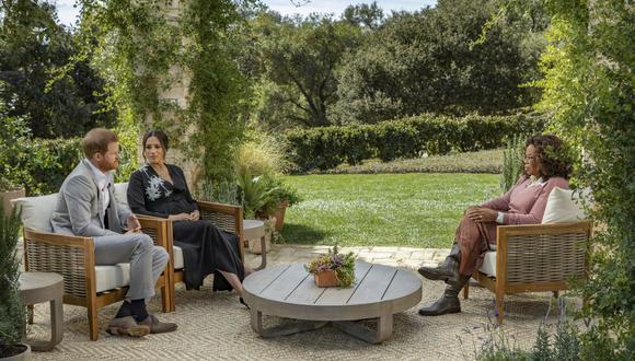 En esta fotografía vemos, de izquierda a derecha, al príncipe Harry y a Meghan Markle, la duquesa de Sussex, conversando con Oprah Winfrey. (Foto: Joe Pugliese / Harpo Productions vía AP)