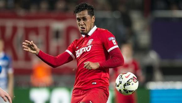 Twente de Renato Tapia fue sancionado por problemas financieros