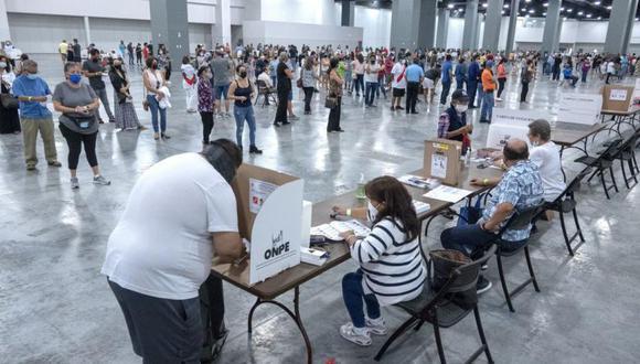 Un peruano residente en Estados Unidos emite su voto en el centro de votación ubicado en el Miami Beach Convention Center, el Florida, Estados Unidos. (EFE / EPA / CRISTOBAL HERRERA-ULASHKEVICH).