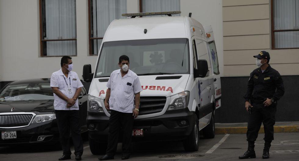 En los exteriores del Palacio Legislativo se observa una ambulancia y personal médico. (Foto: Anthony Niño de Guzmán / GEC)