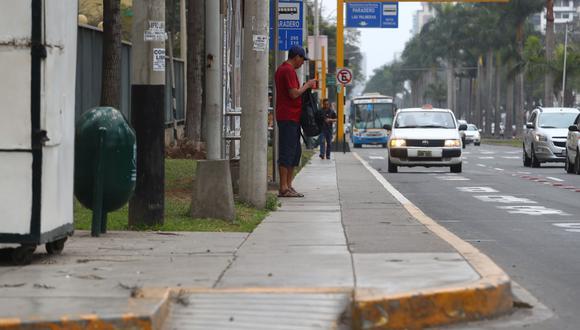 En la Av. Benavides, especialistas también cuestionaron el poco espacio que tienen los peatones para transitar por las vereda. (Foto: Alessandro Currarino)