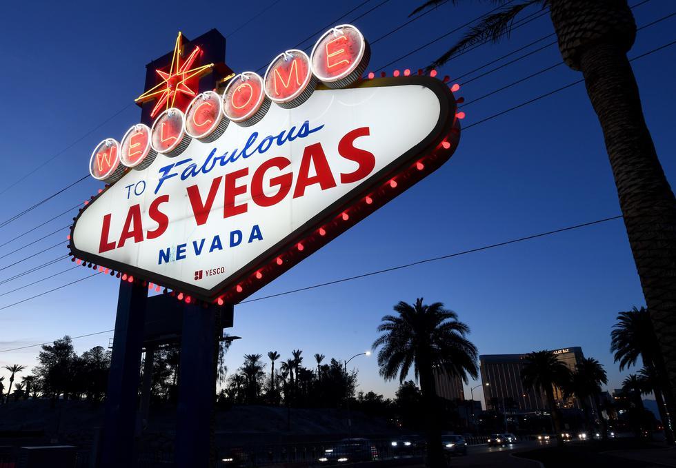 """Las luces rojas parpadean alrededor del letrero de """"Bienvenido a la fabulosa Las Vegas"""" en medio de la pandemia de coronavirus que ha arrastrado a la ciudad del juego a una seria crisis. (Foto: Ethan Miller / Getty Images / AFP)."""