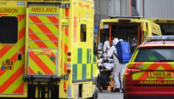 Personal sanitario lleva a un paciente de coronavirus al hospital Royal London mientras el NHS continúa bajo presión por la pandemia en Londres, Reino Unido. (EFE / EPA / FACUNDO ARRIZABALAGA).