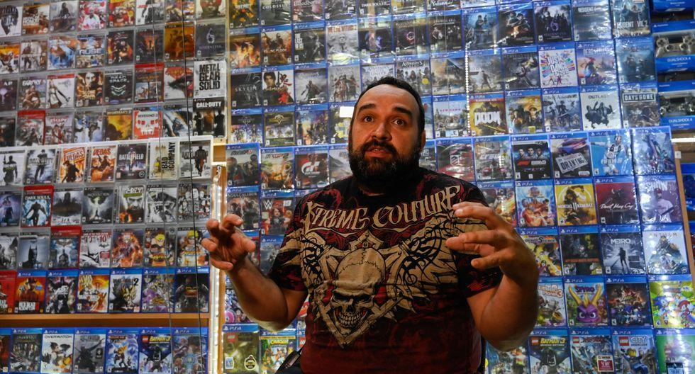Manuel Saavedra, dueño de una tienda de videojuegos, asegura que las sanciones de Estados Unidos a Venezuela han empezado a perjudicar a su negocio. (Foto: AFP).