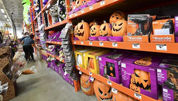 Las personas compran artículos de Halloween en una tienda minorista de mejoras para el hogar en Alhambra, California, el pasado 9 de septiembre de 2020. (Frederic J. BROWN / AFP)
