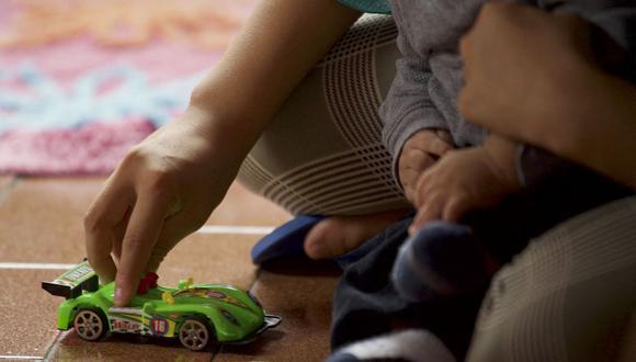 Imagen referencial. Una madre adolescente juega con su hijo en un centro de recepción, el 17 de enero de 2020. (Rodrigo BUENDIA / AFP).