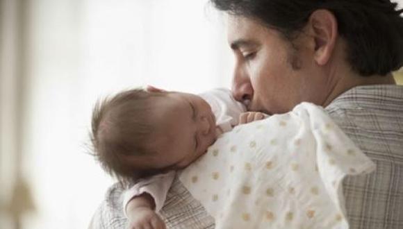 La licencia por paternidad extendida apunta a recortar las brechas en los roles del hogar. (Foto: Getty)