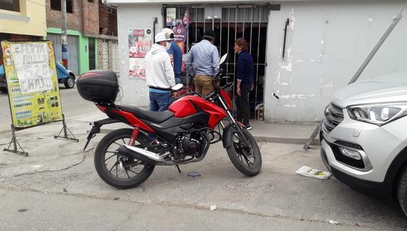 Arequipa: En este establecimiento dos sujetos armados realizaron un dispararon y robaron 15 mil soles a cobrador de distribuidora de pollos. (GEC)