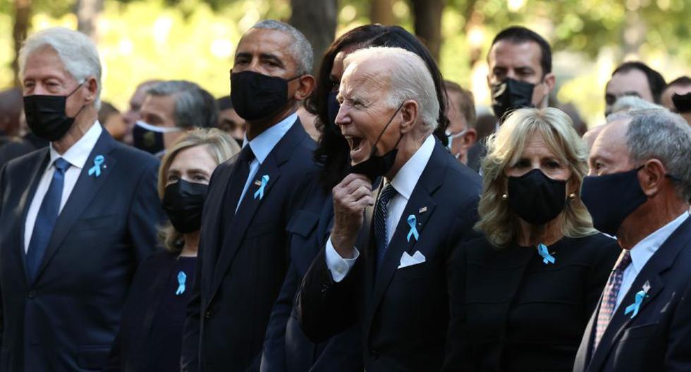 El presidente Joe Biden (centro) grita mientras se le unen el ex presidente Bill Clinton, la ex primera dama Hillary Clinton, el ex presidente Barack Obama, la exprimera dama Michelle Obama, la primera dama Jill Biden y el ex alcalde de la ciudad de Nueva York Michael Bloomberg. (EFE / EPA / Chip Somodevilla).