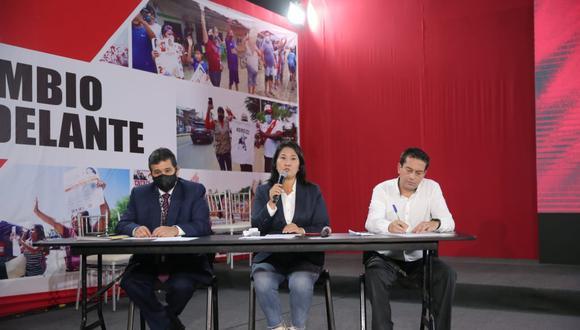Tres días después de las elecciones, Keiko Fujimori junto a Julio César Castiglioni (izquierda) y el excongresista Miguel Torres (derecha) anunciaron la presentación de 802 recursos de nulidad los cuales, a su criterio, representan 200 mil votos. (Foto: Hugo Pérez).