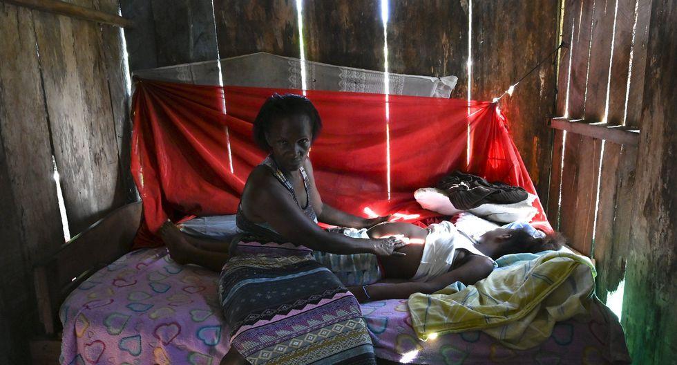 En su humilde cabaña, donde los ratones recorren las vigas de madera, atiende a una niña de 17 años que cree tener ocho meses de embarazo. Su vientre es apenas del tamaño de un balón de fútbol. (Foto: AFP)