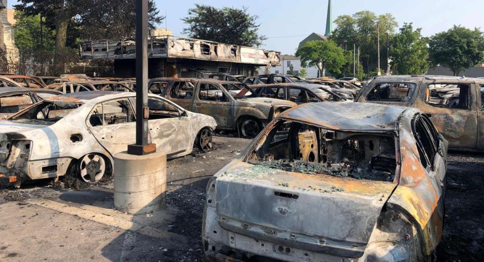 Los vehículos se muestran quemados después de las protestas por un oficial de policía que disparó a un hombre afrodescendiente en Kenosha, Wisconsin. (AFP / Robert CHIARITO).