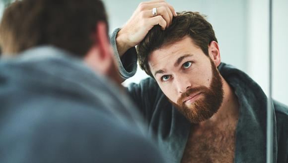 Perdemos naturalmente entre 100 a 150 cabellos por día. Sin embargo, existen circunstancias que aumentan la caída, nos advierte Erick Torres Caselli. (Getty Images)