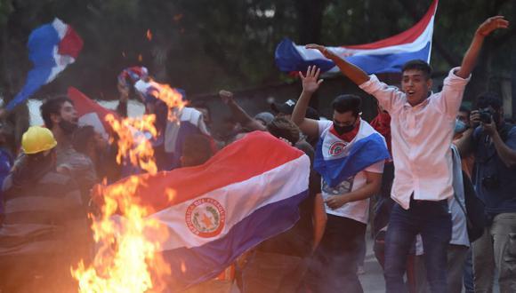 Manifestantes protestan contra el presidente de Paraguay Mario Abdo Benítez cerca del Congreso en Asunción, el 17 de marzo de 2021. (Foto de DANIEL DUARTE / AFP).