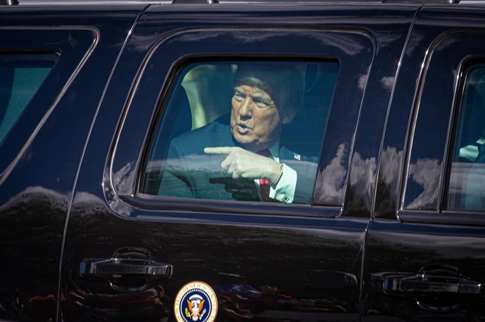 Donald Trump es visto en un auto a su llegada a West Palm Beach, en el sureste de Florida. (EFE/Giorgio Viera).